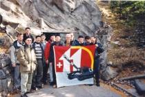 Gruppenbild mit Fahne