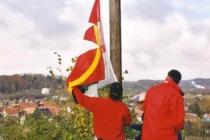 Sie ziehen ihre Fahne hoch