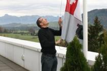 Fahnenaufzug im Alpenglühn